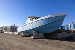 Barco destruído abandonado velho da velocidade no cemitério do navio ou do barco Lotes da boa entrada, destruída, resistida, velh imagens de stock