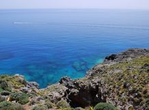 Barco distante no mar azul Fotografia de Stock