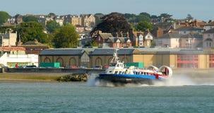 Barco do aerodeslizador que deixa a praia em Ryde, ilha do Wight foto de stock