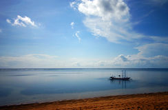 Barco do Balinese no mar fotografia de stock