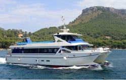 Barco do catamarã que saiing fora da costa de Majorca Fotografia de Stock