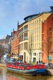 Barco do cruzeiro em canais de Amsterdão na Holanda, opinião da rua imagem de stock royalty free
