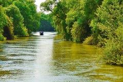 Barco do cruzeiro em um canal de água Foto de Stock Royalty Free