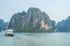 Barco do cruzeiro na baía de Halong Foto de Stock