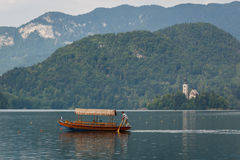 Barco do cruzeiro no lago Bled foto de stock
