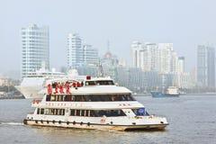 Barco do cruzeiro no Rio Huangpu, Shanghai, China Imagens de Stock