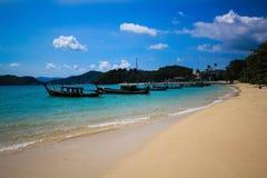 Barco do estacionamento na costa de mar Imagem de Stock Royalty Free