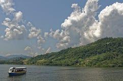 Barco do lago jungle com turistas Fotos de Stock Royalty Free