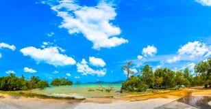 barco do longtail na praia pequena no Ao Yon imagens de stock royalty free