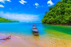 barco do longtail na praia pequena no Ao Yon imagem de stock