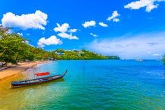 barco do longtail na praia pequena no Ao Yon foto de stock