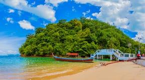 barco do longtail na praia pequena no Ao Yon foto de stock royalty free