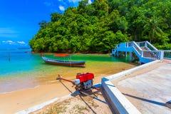barco do longtail na praia pequena no Ao Yon imagem de stock royalty free