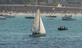 Barco do marinheiro no oceano foto de stock