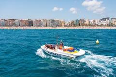 Barco do Parasailing com os turistas em Lloret de Mar Spain Foto de Stock Royalty Free
