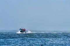 Barco do peixe-de-são-pedro que entra fora da névoa Imagens de Stock