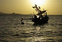 Barco do pescador com por do sol Imagens de Stock