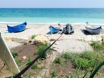 Barco do pescador em terra na praia Fotos de Stock Royalty Free