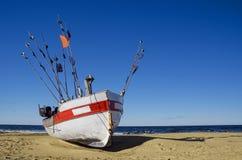 Barco do pescador na praia Imagens de Stock Royalty Free