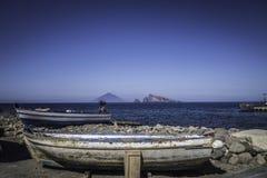 Barco do pescador nas ilhas eólias Fotografia de Stock