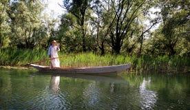 Barco do pescador no lago Skadar em Montenegro, Europa imagens de stock