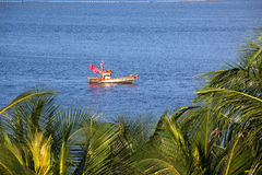 Barco do pescador no mar foto de stock