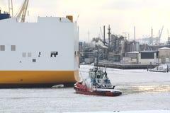 Barco do reboque na água congelada Imagem de Stock
