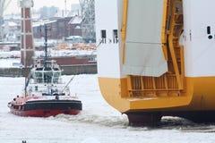Barco do reboque na água congelada Fotografia de Stock Royalty Free