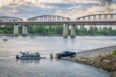 Barco do Rio Missouri e de motor em uma rampa Imagens de Stock Royalty Free