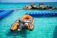 Barco do barco salva-vidas no porto marítimo fotografia de stock royalty free