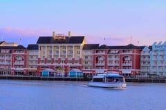 Barco do táxi e vista panorâmica dockside colorida da margem no fundo do por do sol na área 1 de Buena Vista do lago imagens de stock