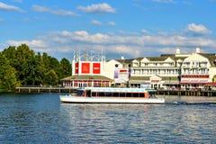 Barco do táxi e vista panorâmica dockside colorida da margem no fundo do por do sol na área 5 de Buena Vista do lago imagem de stock