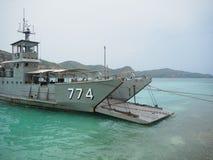 Barco do transporte da ?gua fresca na ilha de Ko Kham imagens de stock