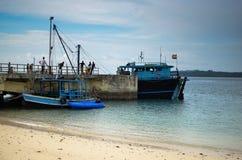 Barco do transporte que espera no porto imagem de stock