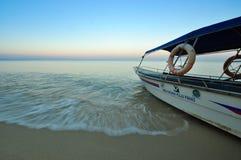 Barco do turismo pronto para servir na praia Imagem de Stock