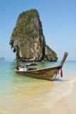 Barco do viajante na baía do Ao Phra-nang Imagem de Stock Royalty Free