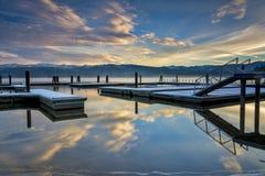 Barco doc. en el sinrise y las reflexiones del invierno imagen de archivo libre de regalías