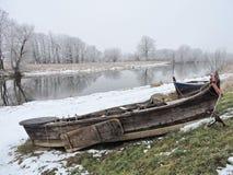 Barco dos en costa del río en invierno Imagenes de archivo