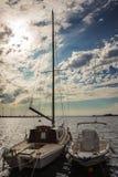Barco dos en el mar italiano imagenes de archivo