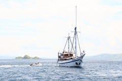 Barco dos mergulhadores imagem de stock royalty free
