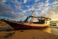 Barco dos peixes no nascer do sol em Ásia Imagens de Stock