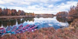 Barco e árvores amarelas fotografia de stock