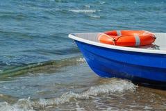 Barco e anel lifebuoy Fotografia de Stock Royalty Free
