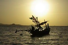 Barco e céu dourado Fotografia de Stock