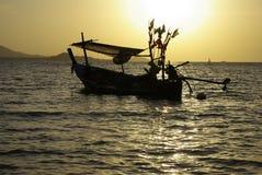 Barco e céu dourado Fotos de Stock