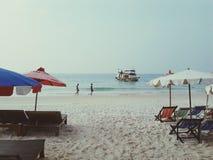 Barco e cadeira na praia tropical Fotos de Stock