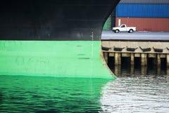 Barco e camionete em docas Fotos de Stock