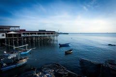 Barco e casa de hóspedes de pesca no nascer do sol imagens de stock royalty free