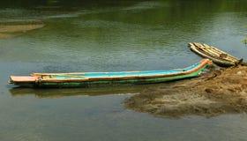 Barco e catamarã de madeira tradicionais estacionados em um rio da água traseira perto da praia karaikal foto de stock