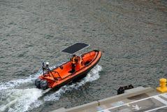 Barco e empregado da autoridade portuária que verificam a área de doca imagem de stock